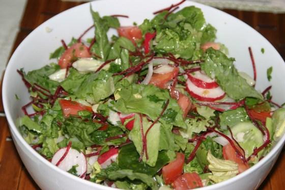 Kolorowa sałatka z sosem czosnkowym