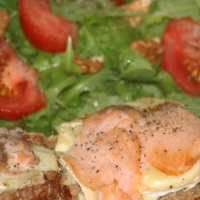 Grzanki z wędzonym łososiem i serem camembert z sałatką z rukoli