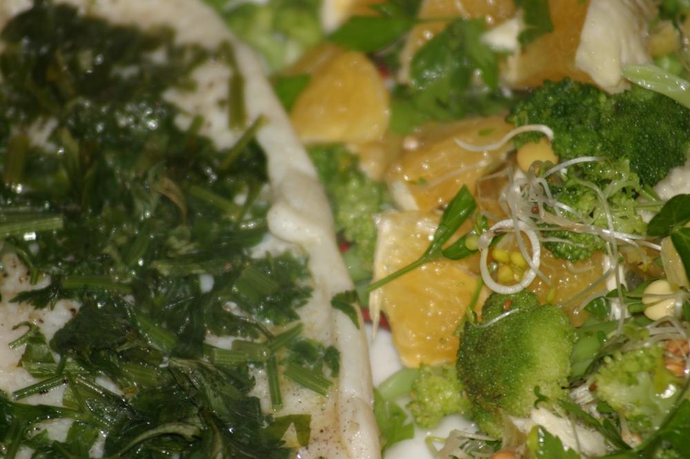 sola z sałatką z brokułu i pomarańczy