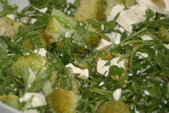 Zielona sałatka z brokułami, fetą i rukolą
