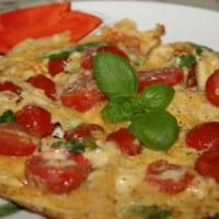 Omlet z pomidorami i bazylią