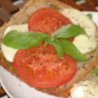 Tosty z mozzarellą, pomidorem i bazylią