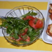 Błyskawiczna sałatka z rukoli i pomidorów