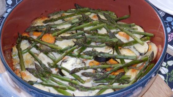 Wiosenno-letnia zapiekanka z młodymi warzywami