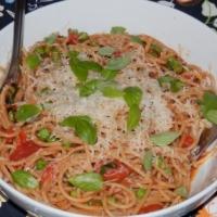 Spaghetti z sosem pomidorowym i zielonym groszkiem