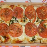 Pizza z pomidorami i szpinakiem