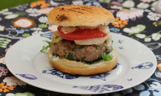 burger z camembertem i sosem czosnkowym