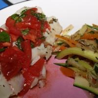 Dorsz gotowany na parze z duszonymi warzywami