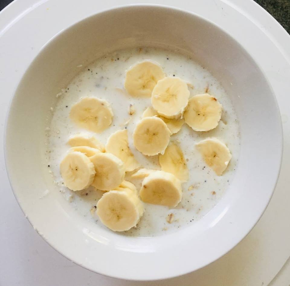Owsianka na mleku z bananem, cynamonem i miodem