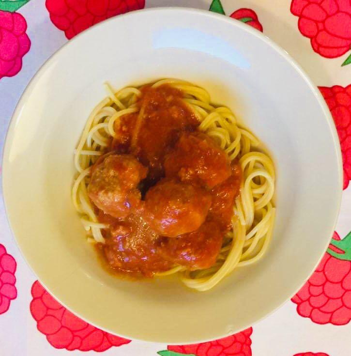 klopsiki z indyka w sosie pomidorowym z makaronem spaghetti.