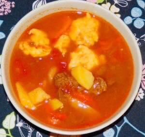 zupa gulaszowa z wołowiny z kładzionymi kluskami