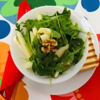 Błyskawiczna sałatka z gruszką, camembertem i orzechami